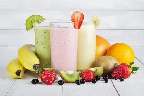 Высокие стаканы смузи с фруктами и дыней