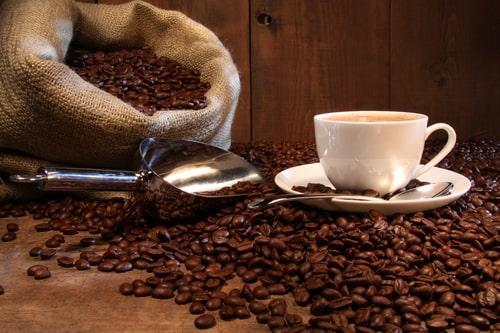 Кофейные зерна в холщовом мешке