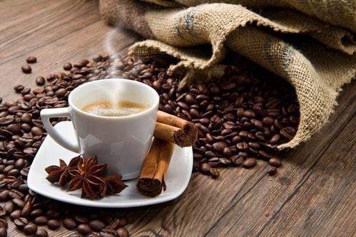 Чашечка горячего кофе с ярким ароматом