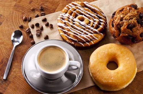 Чашка кофе с пончиками