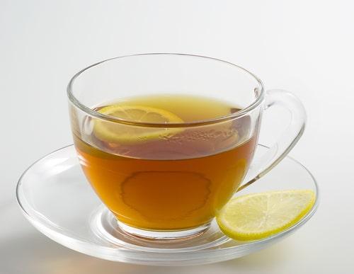 Черный чай с дольками лимона