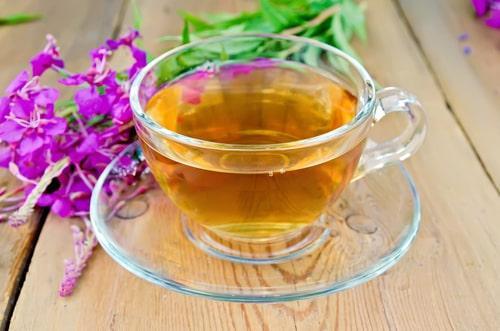 Чашка свежезаваренного иван-чая