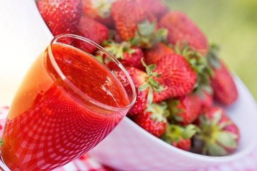 Клубничный морс из свежих ягод