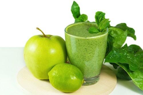 Смузи со шпинатом, яблоком, огурцом и лаймом