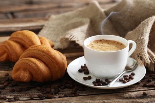Кофе с молоком и круассанами на завтрак