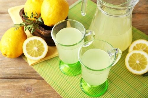 Морс из лимонов в бокалах с ручкой